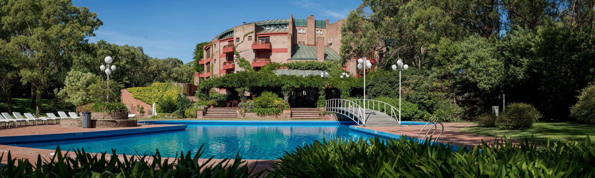 Pileta exterior y vista del hotel